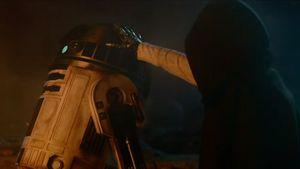 R2-D2 wird von einem Fremden berührt