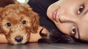 Rebecca Mir kuschelt mit ihrem Hund