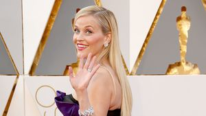 Reese Witherspoon winkt