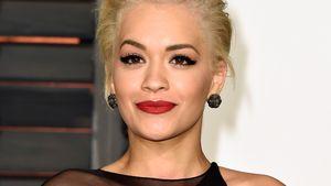 Rita Ora blickt glücklich drein