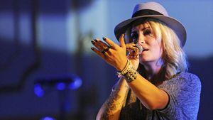 Sarah Connor mit Hut auf der Bühne