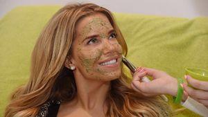 Sylvie Meis schmiert sich grüne Pampe ins Gesicht