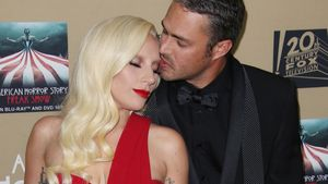 Taylor Kinney umarmt Lady Gaga von hinten