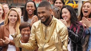 Usher tanzt im Gold-Look