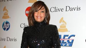 Whitney Houston im schwarzen Glitzerkleid