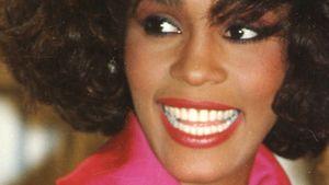 Whitney Houston in pinkfarbenem Mantel