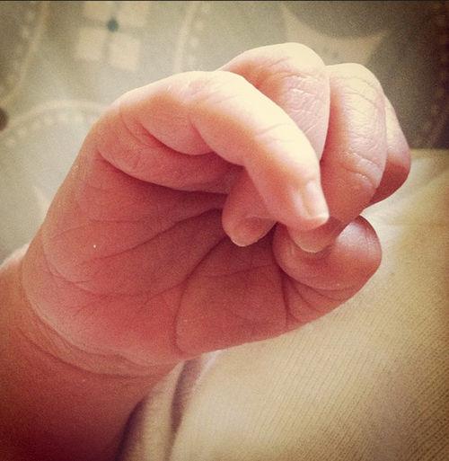 Alyson Hannigan zeigt die Hand ihres Neugeborenen