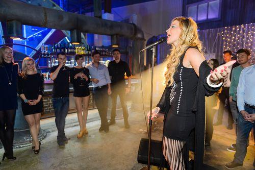 Bei AWZ präsentiert Iva (Lafee) ihren neuen Song