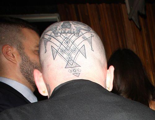 Banji Madden hat ein Tattoo auf dem Kopf