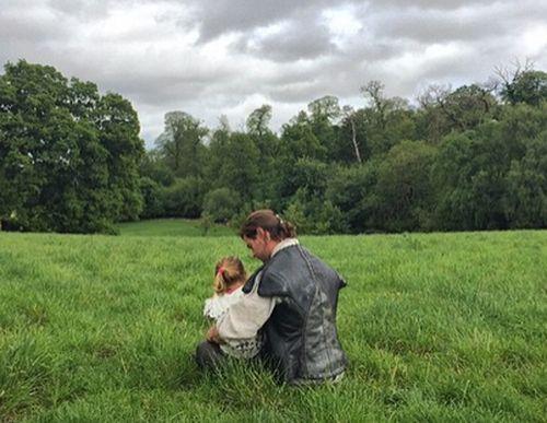 Chris Hemsworth hatte niedlichen Besuch am Set