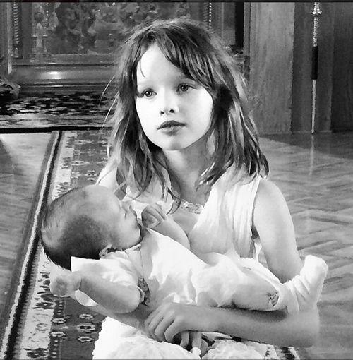 Milla Jovovichs Tochter Dashiel Edan wurde jetzt getauft - die große Schwester war ganz stolz