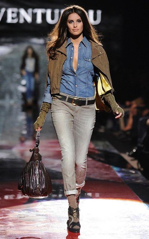 Denim und der dezent eingesetzte Boyfriend-Stil sind Markenzeichen der Herbst-/Winterkollektion von GUESS