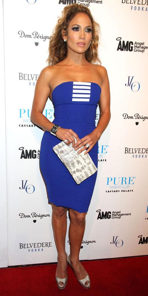 Jennifer Lopez wirkt im blauen Tube-Dress ziemlich schmal
