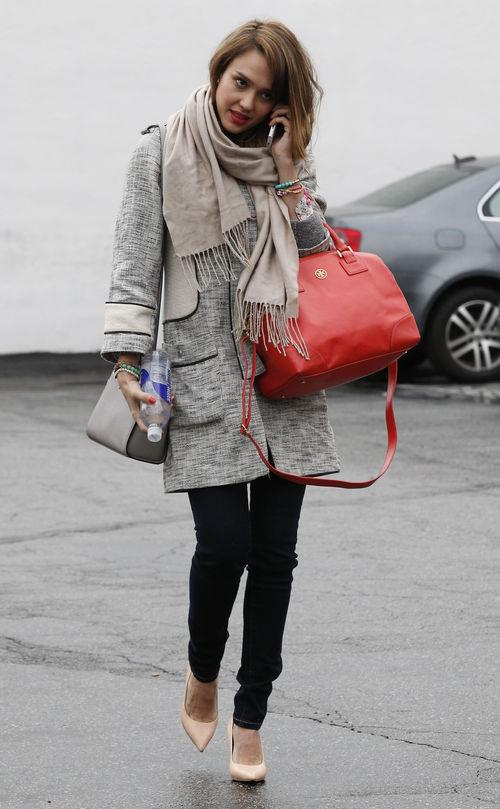 Jessica Alba war gleich mit zwei Taschen unterwegs in West Hollywood