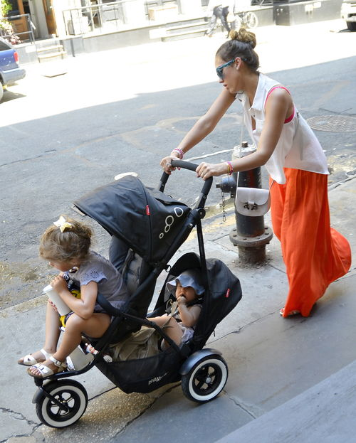 Jessica Alba spaziert mit ihren Töchtern durch New York
