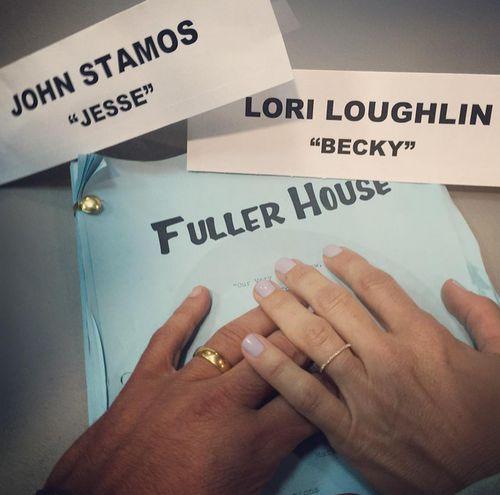 "John Stamos und Lori Loughlin zeigen sich wiedervereint am ""Fuller House"" Set"