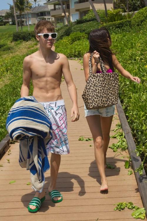 Justin Bieber, Selena Gomez - Er hat sich einen hebräischen Schriftzug auf unterhalb der Achselhöle stechen lassen
