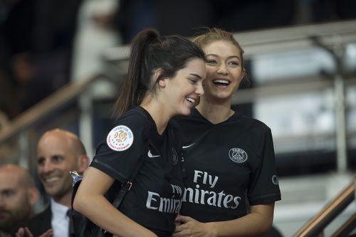 Kendall Jenner und Gigi Hadid schauen sich das Spiel von Paris Saint-Germain an