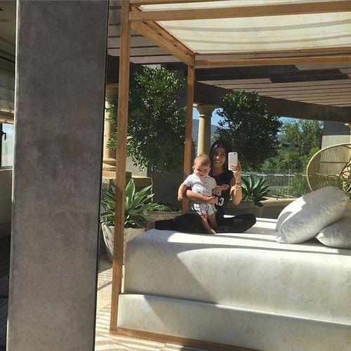 Kourtney Kardashian teilte endlich mal wieder Fotos, auf denen Baby Reign zu sehen ist