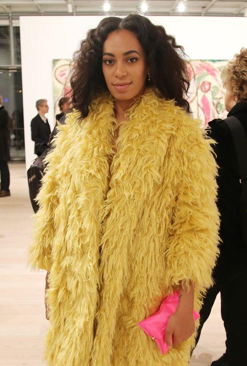 Solange Knowles besuchte in einer Felljacke eine Veranstaltung