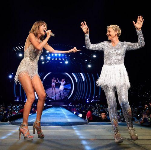 Taylor Swift stand gerade mit Ellen DeGeneres auf der Bühne