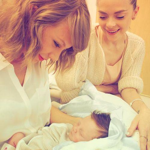Taylor Swift traf jetzt zum ersten Mal ihren Patensohn Leo