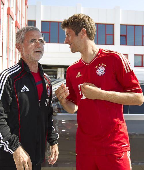 Nach dem Gruß von seinen ehemaligen Spielern musste Gerd Müller weinen