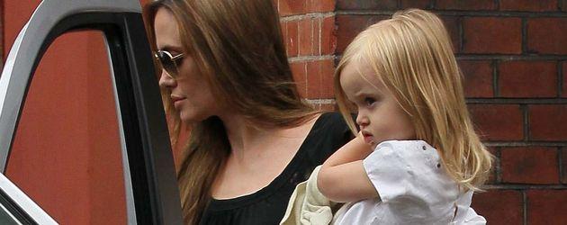 Angelina Jolie hat Vivienne auf dem Arm