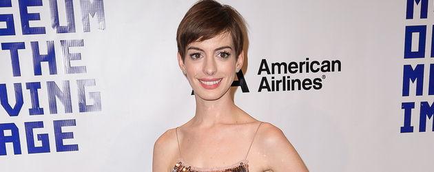 Anne Hathaway lächelt
