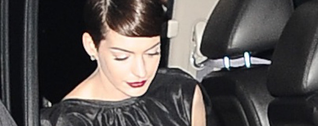 Anne Hathaway steigt aus ihrem Auto