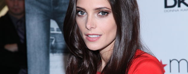 Ashley Greene in einem roten Oberteil