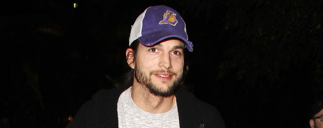 Ashton Kutcher lacht mit Lakers-Cap