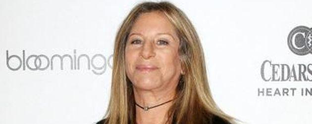 Barbra Streisand im schwarzen Outfit