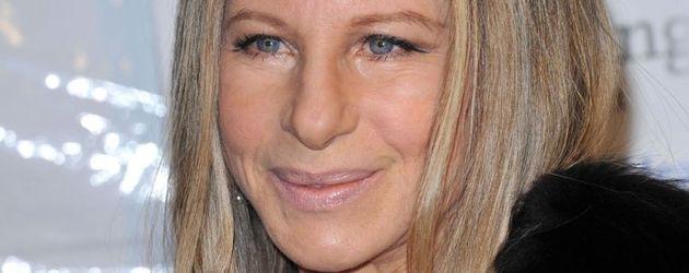 Barbra Streisand mit schwarzem Pelzjäckchen