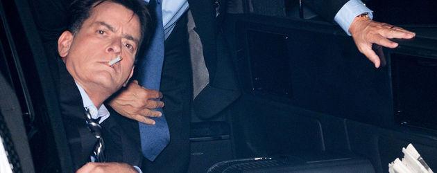 Charlie Sheen rauchend im Auto