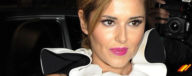 Cheryl Cole blickt zur Seite