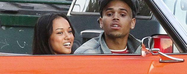 Chris Brown mit dem Model Karrueche Tran im Auto