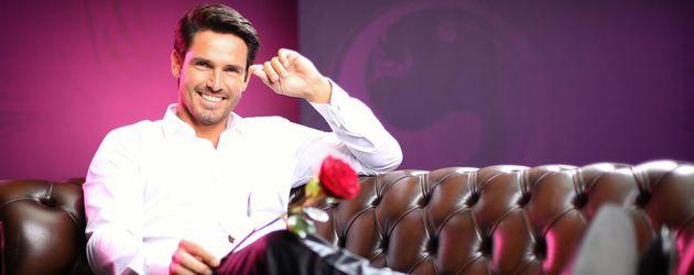 Der Bachelor Jan Kralitschka liegt auf dem Sofa