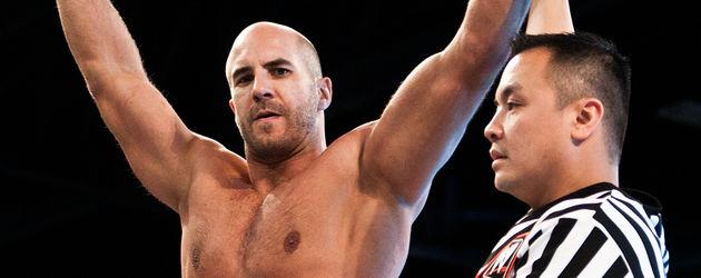 Der Ringrichter hebt den Arm von Antonio Cesaro