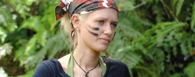 Dschungelcamp 2011 Tag 7: Sarah mit Flasche