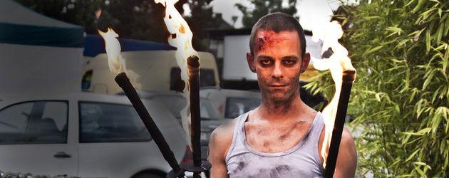 Ein Zombie mit Fackeln