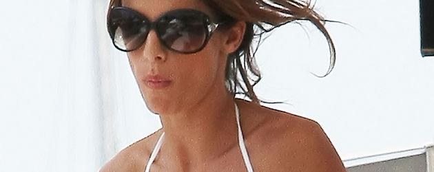 Elisabetta Canalis im weißen Bikini