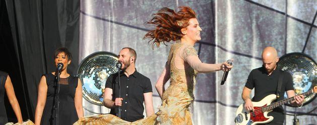 Florence Welch mit flatterndem Kleid und wehenden Haaren