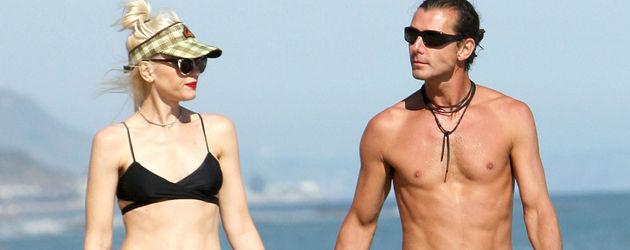 Gwen Stefani und ihr Mann Gavin spazieren am Strand entlang