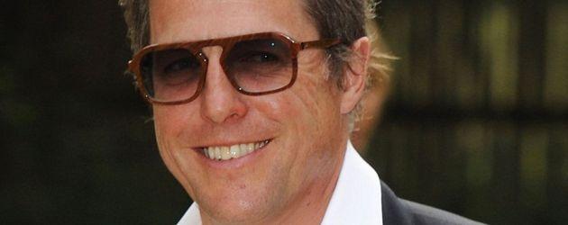 Hugh Grant in Anzug mit Sonnenbrille
