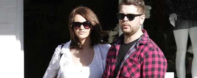 Jack Osbourne in einem roten Karo-Hemd mit Verlobter