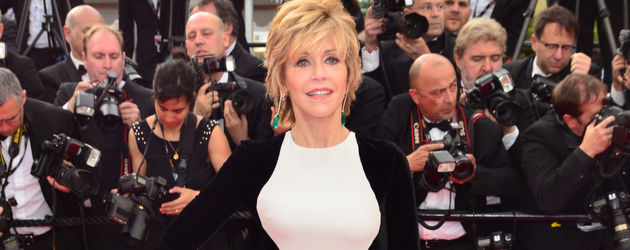 Jane Fonda im schwarz-weißen Schummelkleid