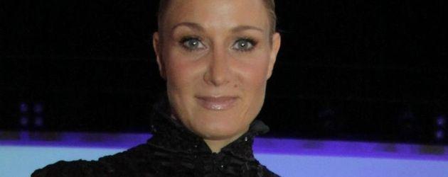 Janine Kunze in einem schwarzen, langärmeligen Kleid
