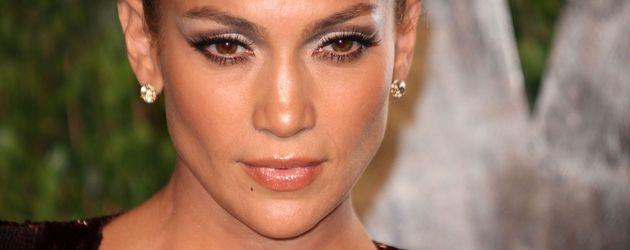 Jennifer Lopez mit ernstem Blick und glamourösem Dutt