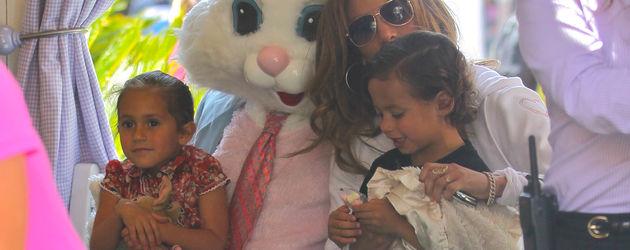 Jennifer Lopez mit ihren Kindern beim Osterhasen